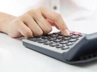 אדם מחשב ריבית של הלוואה לקניית בית