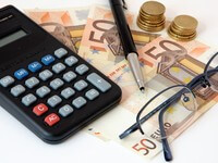 מחשבון, משקפיים וכסף